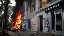 Krawalle bei Mai-Demonstrationen: Vermummte randalieren in Paris