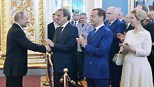 Immerhin gibt es für Medwedew einen Trost. Unmittelbar nach seiner Vereidigung schlägt Putin den 52-Jährigen erneut für das Amt des Ministerpräsidenten vor. Nur die Duma muss noch zustimmen - eine reine Formsache.