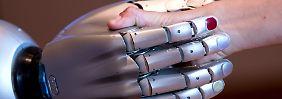 Kann nicht nur Hände schütteln, sondern auch Getränke reichen und die Bettdecke aufschlagen: Roboterarm Edan.