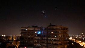 Syrische Luftabwehrraketen fliegen im Himmel über Damaskus.
