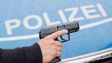 25-Jährige schwer verletzt: Hund fällt Frau an, Polizist schießt
