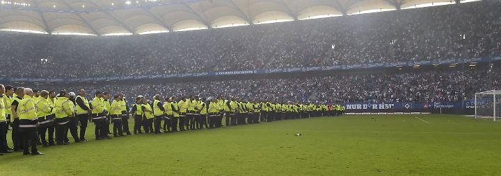 Hunderte Ordner riegeln das Spielfeld ab.