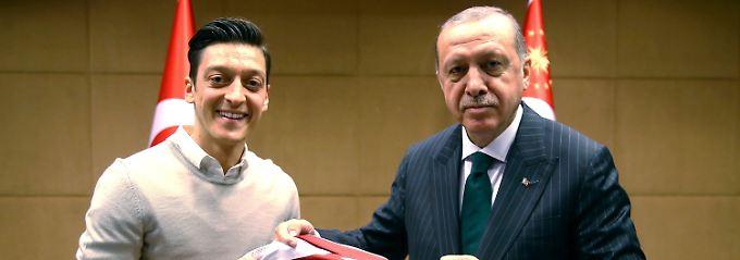 """""""Mein Job ist Fußballer"""": Özil bereut das Erdogan-Foto nicht"""