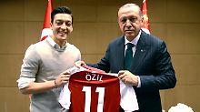 "Das Foto sei ""keine so gute Idee"" gewesen, so Mustafa Özil."