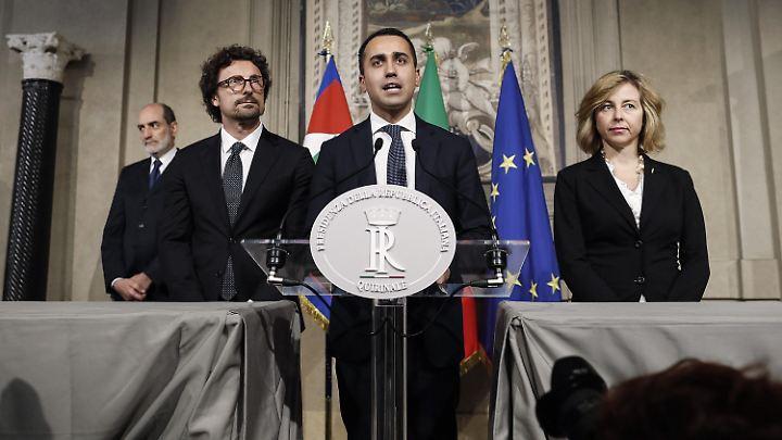 Luigi Di Maio (Mitte), Vorsitzender der Fünf-Sterne-Bewegung, nach einem Gespräch mit Präsident Mattarella.