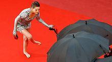 Barfuß über den roten Teppich: Kristen Stewart rebelliert gegen Stilettos
