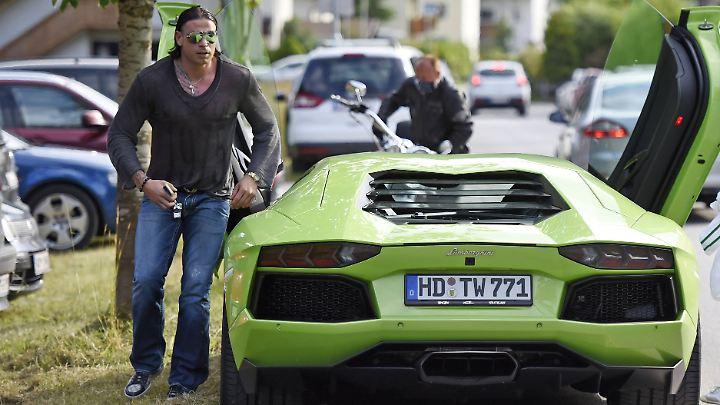Tim Wiese mit seinem froschgrünen Lamborghini Aventador.