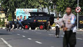 Polizisten sperren nach einem Anschlag auf das Polizei-Hauptquartier von Surabaya am Montag eine Straße ab.