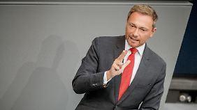 Lindner wirft Bundeskanzlerin Merkel Führungsschwäche vor.