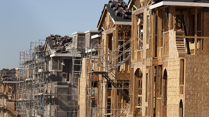 Ein Mangel an Immobilien sowie höhere Kosten für Baumaterialien hat die Preise für Wohnungen in den vergangenen Monaten hochgetrieben.