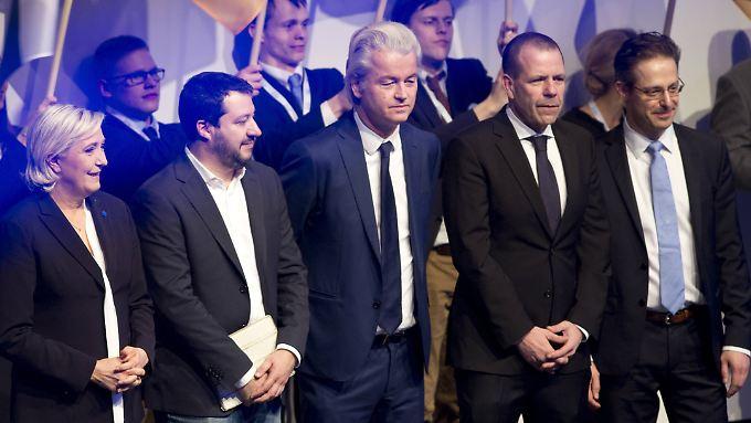 Bis auf Geert Wilders (m.) saßen Marine Le Pen, Matteo Salvini, Harald Vilimsky und Marcus Pretzell (v.l.) 2016 im EU-Parlament und gönnten sich das ein oder andere Gläschen Champus.