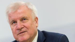 Skandal um manipulierte Asylbescheide: Seehofer sagt Entschuldigung, Ex-Bamf-Chefin verteidigt sich