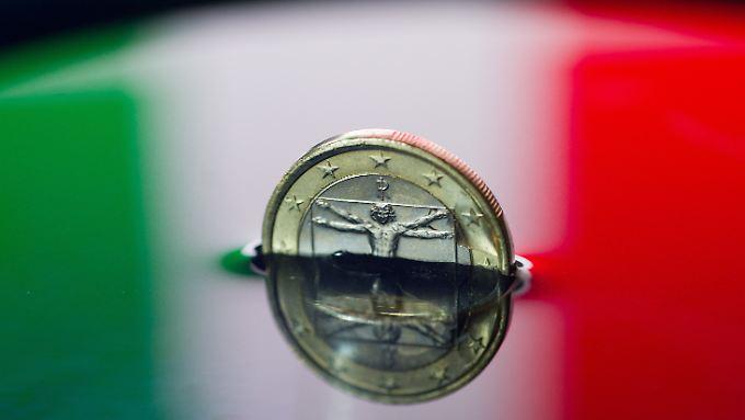 Italiens Schuldenberg wird immer größer. Aber für die Euro-Retter ist er eine Nummer zu groß.