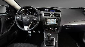 Gut ablesbare Instrumente und viel Plastik finden sich im Innenraum des Mazda3.