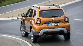 Die Heckleuchten des Dacia Duster erinnern an die des Jeep Renegade.