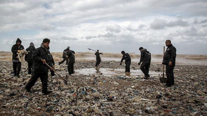 Müll am Mittelmeerstrand im Libanon.