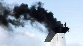 Rauchender Schornstein eines Schiffes beim Anlassen des Schiffsmotors: CO2 entsteht unter anderem durch die Verbrennung von Kohle, Öl und Gas.