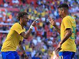 Haben wieder Spaß am Fußball - und Hunger auf WM-Titel Nummer sechs: Brasiliens Neymar und Roberto Firmino.