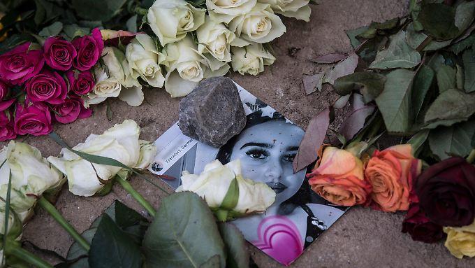 Blumen erinnern an die ermordete 14-jährige Susanna.