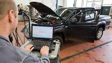 Laden eines Software-Updates für das Steuergerät der Motorelektronik auf einen VW Amarok.