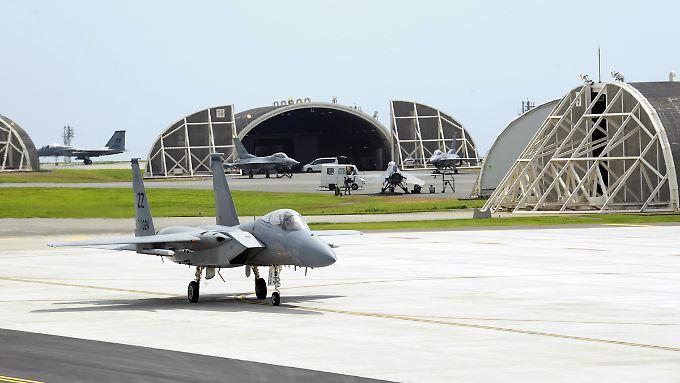 Bedeutender US-Stützpunkt im Pazifik: Auf der Luftwaffenbasis Kadena auf Okinawa rollt eine F-15 an den Start (Archivbild).