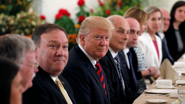 Donald Trump mit seiner Delegation bei Singapurs Regierungschef.
