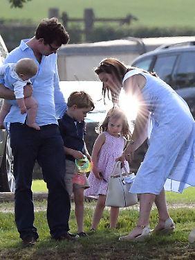"""Fast wie eine """"normale"""" Familie: Kate mit einem Freund beim Besuch der """"Maserati Royal Charity Polo Trophy""""."""