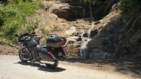Die BMW K 1600 Grand America vor einem Wasserfall, den es erst nach den schweren Unwettern in South Carolina gibt.