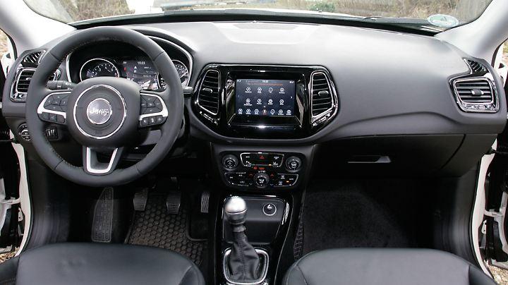 Aufgeräumt und wohnlich präsentiert sich das Interieur im Jeep Compass, nur der Plastik-Knauf der Schaltung fällt etwas aus dem Rahmen.