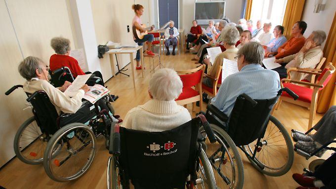 Mehr Pfleger und mehr Bedürftige - die Beiträge werden steigen.