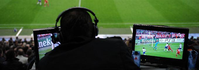 Kommentatoren können nerven. Ohne sie wäre es aber sehr still beim Fußballschauen.