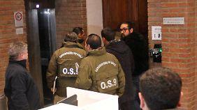 Chilenische Polizisten konfiszierten zahlreiche Dokumente.