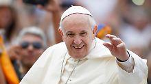 Frauen sollen Ehebruch vergeben: Papst spricht LGBT-Paaren Familienstatus ab