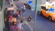 Schrecksekunden in Moskau: Übermüdeter Taxifahrer fährt in Menschenmenge