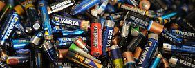 Altbatterien in einem Container auf einem Recyclinghof.