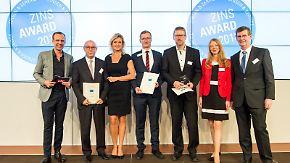 Torsten Knippertz und Carola Ferstl vergeben die ersten Zins-Awards.