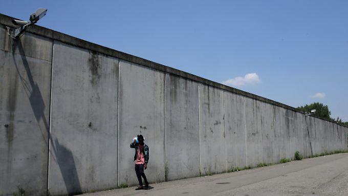 Mauer eines Flüchtlingslagers außerhalb von Mailand.
