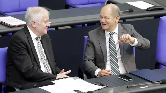 Volle Unterstützung: Innenminister Seehofer und Vize-Kanzler Scholz auf der Regierungsbank im Bundestag.