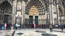 Der Kölner Dom ist evakuiert und nach Sprengstoff abgesucht worden, nachdem ein Mann mit einem Transporter vorgefahren und mehrmals in den Dom gelaufen war.