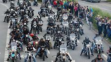 Höhepunkt und zugleich Abschluss der Harley Days ist die große Biker-Parade, die vom Großmarkt aus 33 Kilometer durch die Stadt führt, unter anderem über die Köhlbrandbrücke und durch den Baakenhafen.