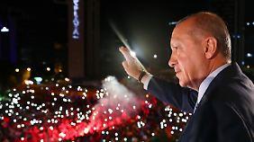 AKP mit absoluter Mehrheit: Erdogan gewinnt Präsidentenwahl in der Türkei