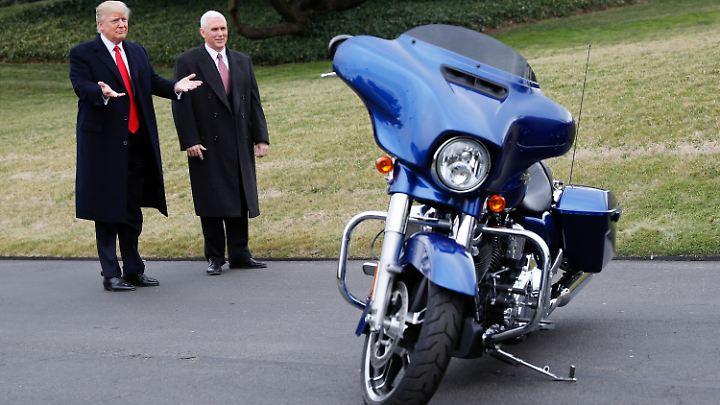 Da war noch alles gut zwischen Trump und Harley Davidson. Kurz nach der Amtseinführung war das.