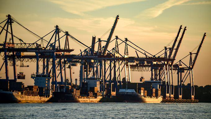 Abfertigung von Containerschiffen in Hamburg.