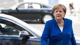 Kanzlerin Merkel auf dem Weg zu den heutigen Sitzungen.