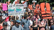 """""""Seebrücke statt Seehofer"""": Tausende demonstrieren für Seenotrettung"""
