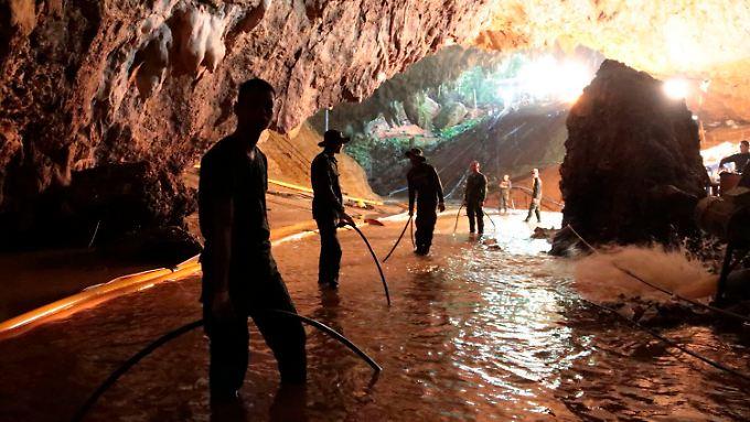 Die Pumpen hatten dafür gesorgt, dass weite Teile der Höhle wieder zu Fuß begehbar wurden.