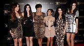 Wie bei ihren Schwestern, steht auch hinter Kylies Kosmetik-Firma ihre Mutter Kris. Sie mischt sich nicht in die kreative Arbeit ihrer Töchter ein, steuert aber alle Projekte der Kardashians.