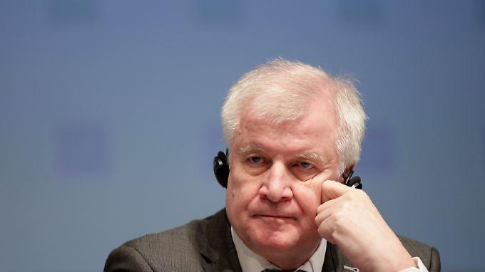Einige CSU-Politiker fragen sich, ob Seehofer mit seinem Handeln die Landtagswahl belasten will.
