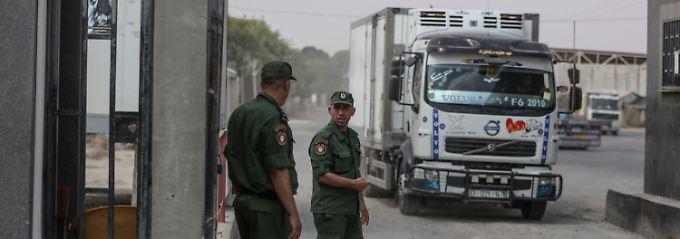 Zwei palästinensische Sicherheitskräfte stehen am einzigen Grenzübergang für Waren im südlichen Gazastreifen.