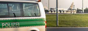 In Fahrzeugen der Landespolizei werden die abgelehnten Asylbewerber zum Flughafen gebracht.